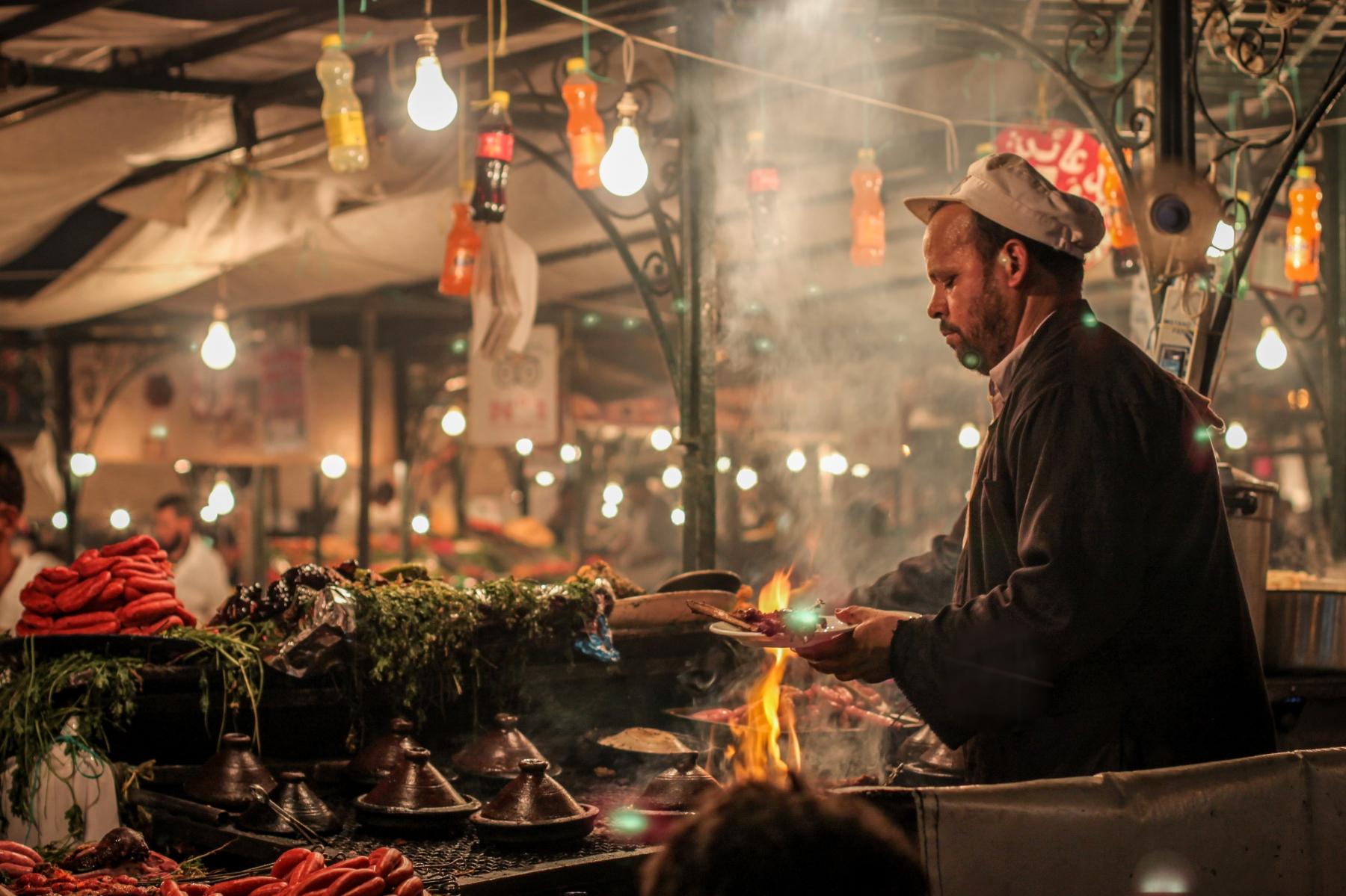 Manger une tajine ou un couscous sur la place Jemaa el-Fnaa à Marrakech au Maroc