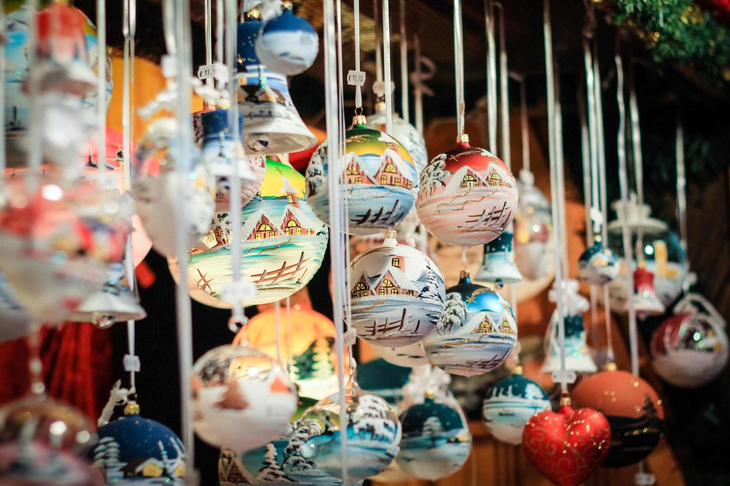 Boules de Noël artisanales au Marché de Noël de Regensburg, Allemagne
