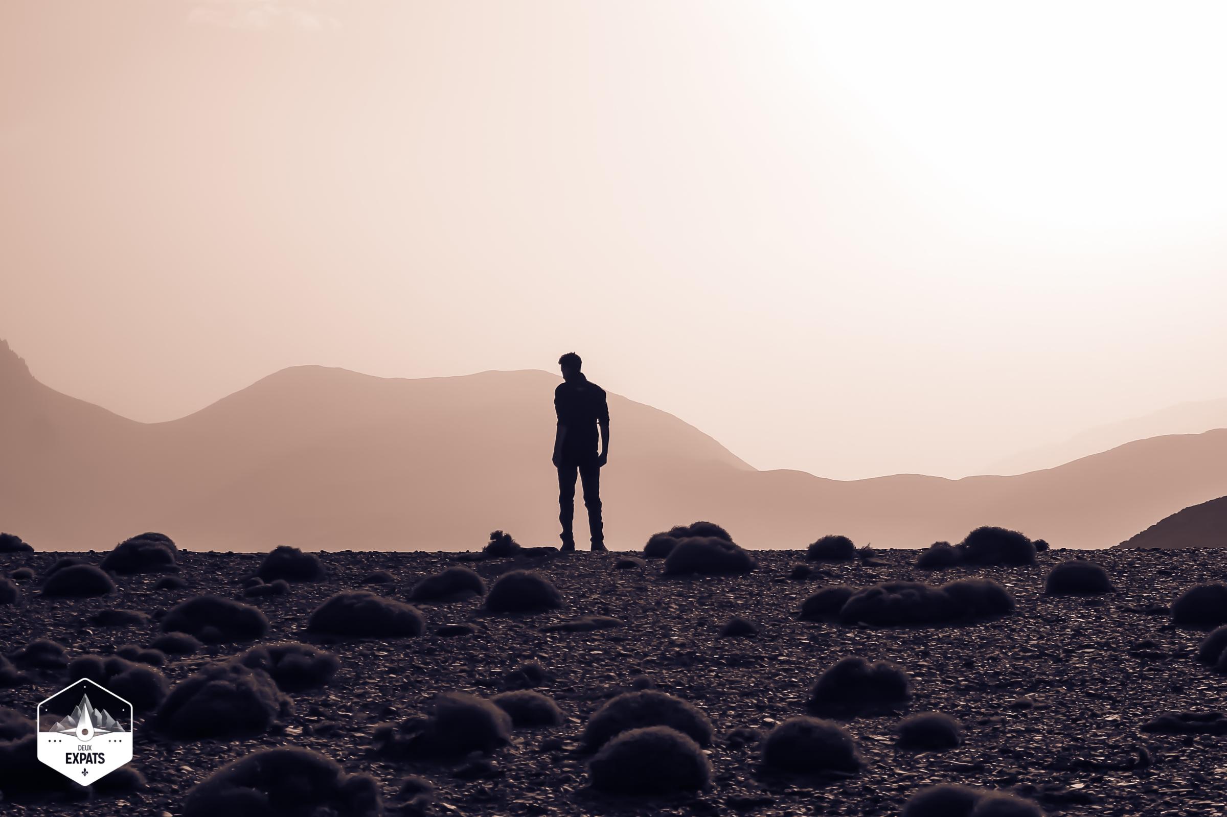 Lever du soleil sur les montagnes pendant un trek dans le Haut Atlas au Maroc