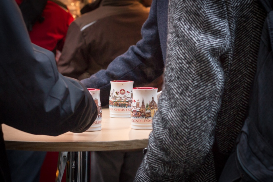 Boire un Glühwein au Nürnberger Christkindlesmarkt